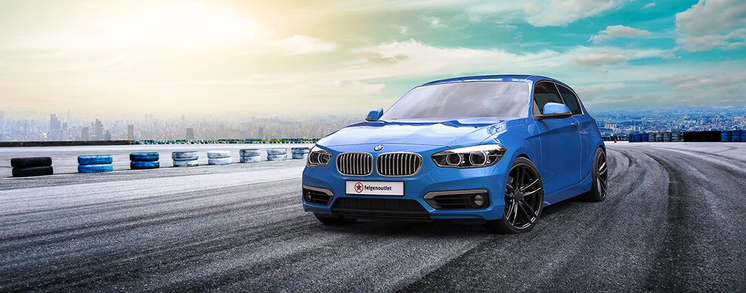 Alufelgen im Winter - wintergeeignete Leichtmetallfelgen auf einem blauen Mercedes in Winterlandschaft