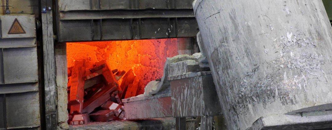 Aluminiumbarren werden im Schmelzofen eingeschmolzen