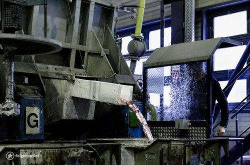 Flüssiges Aluminium wird vom Schmelzofen in Transportöfen gegossen