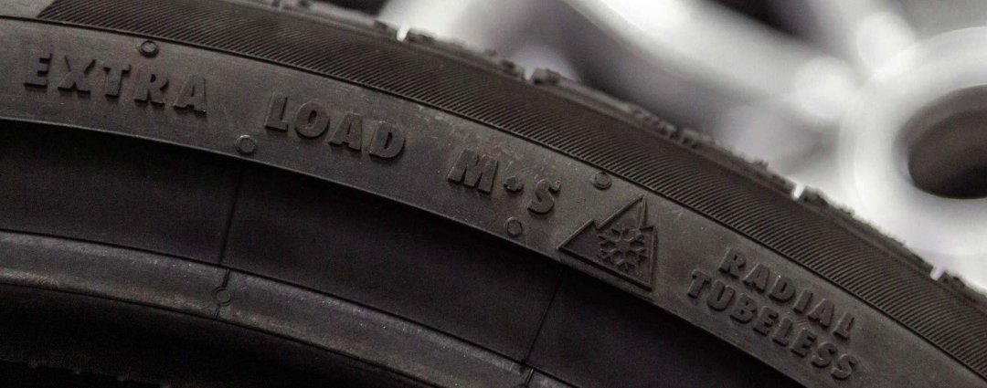 Detailansicht der Reifenmerkmale: Extra Load, M+S, Alpine-Symbol, Radial Tubeless
