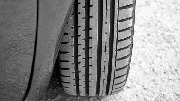 Sommerreifen in annähernd neuem Zustand, erkennbar an tiefen Rillen im Reifenprofil