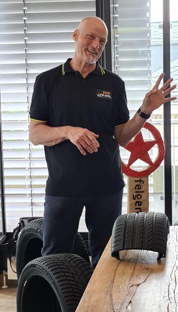 Pirelli Roadshow Reifenschulung: Reifenexperte Norbert